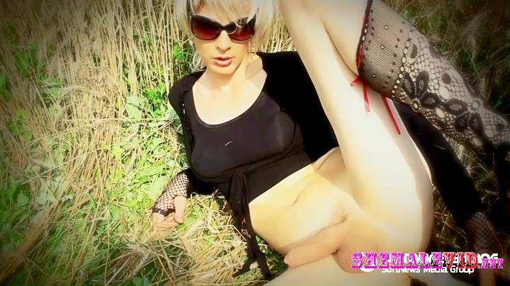 Lola Spais-Manyvids-In a wheat field
