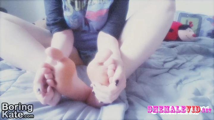 BoringKate-Manyvids-Cute soles and wiggly toes